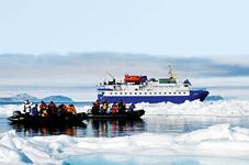 Экспедиционное судно Quest и лодки зодиак