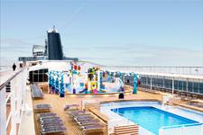 Лайнер MSC Opera, бассейн на палубе